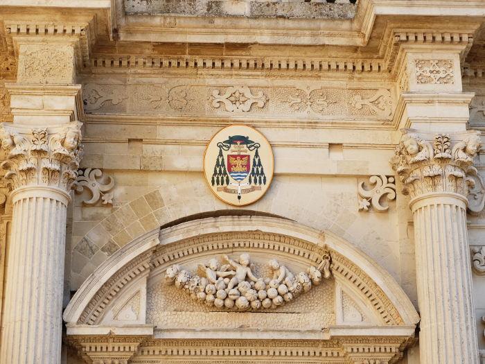 facciata-laterale-duomo-lecce-particolare-ingresso