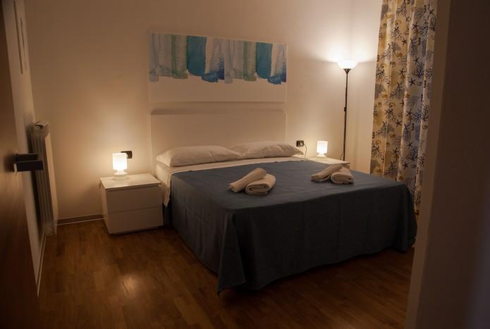 camera-letto-appartamento-per-le-vacanze-illuminazione